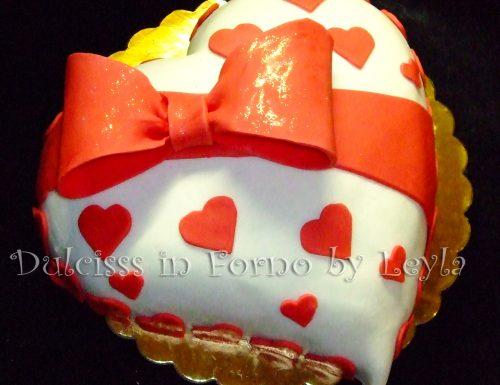 Torta fiocco e cuori, decorata in pasta di zucchero per San Valentino
