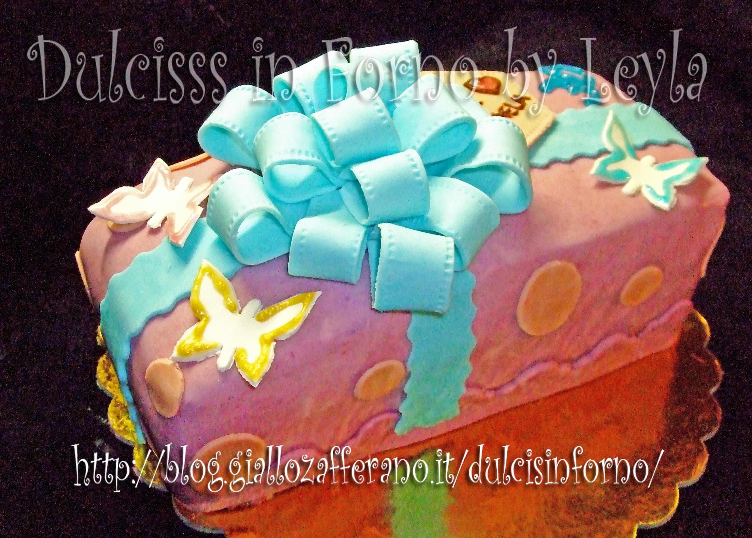 Un dolce regalo, torta decorata in PDZ a forma di pacchetto regalo pasta di zucchero Dulcisss in forno