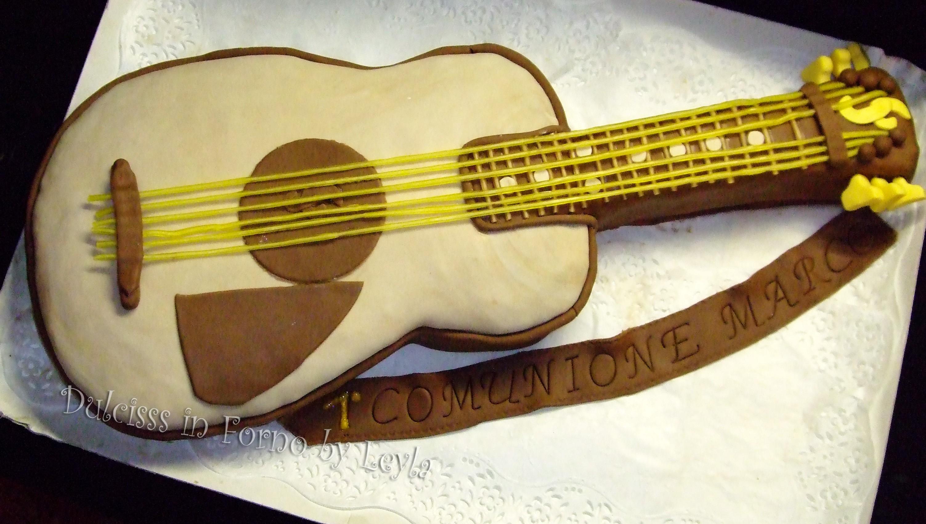 Torta decorata a forma di chitarra