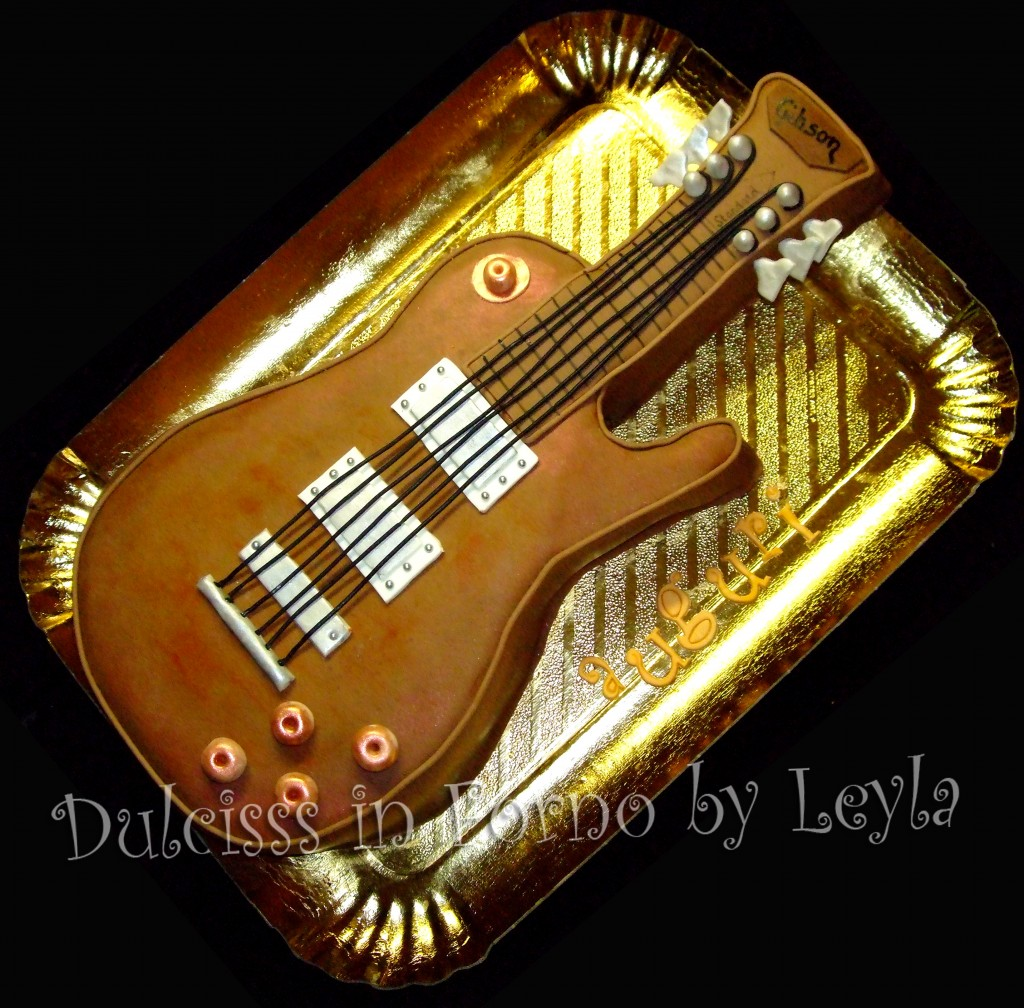 Torta Chitarra elettrica Gibson Les Paul, decorata in pasta di zucchero   Dulcisss in forno  
