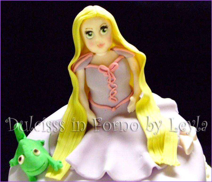 Torta Rapunzel e Pascal, decorata in pasta di zucchero Principessa Rapunzel Raperonzolo Principesse Disney PDZ cake design Dulcisss in forno torta di compleanno cartoon