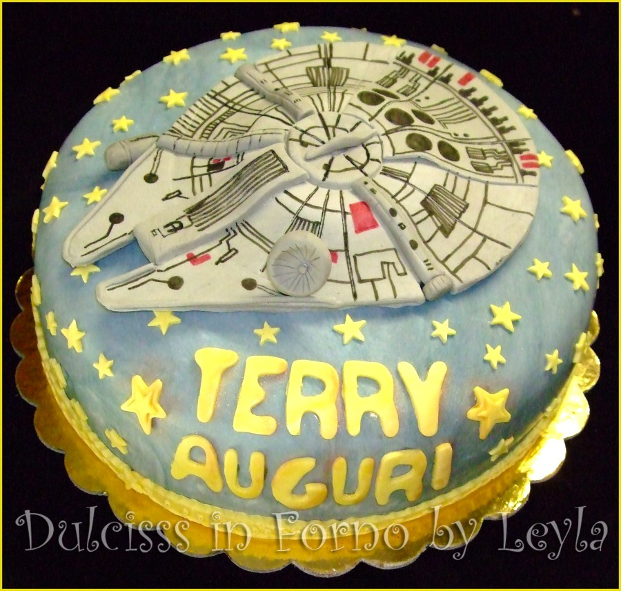 Millenium Falcon Cake , decorata in pasta di zucchero torta Star Wars Torta Millenium Falcon pasta di zucchero PDZ torta di compleanno Dulcisss in forno