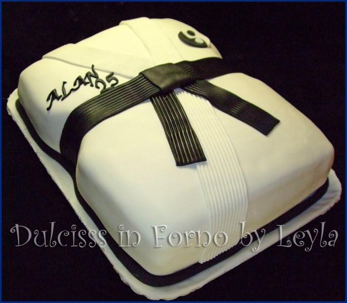Torta Kimono decorata in pasta di zucchero torta judo torta karate torta yoseikan budo arti marziali torte arti marziali cintura nera yin yang torta cinese simbolo della pace filosofia cinese torta decorata torte decorate Dulcisss in forno