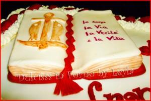 Torta per sacerdote e la sua prima messa, decorata in pasta di zucchero torta per prete torta sacerdote torta vescovo papa torta comunione torta cresima torta prima comunione prima comunione pasta di zucchero PDZ Dulcisss in forno torta cristiana torta allo yogurt cialda cristiana torta decorata