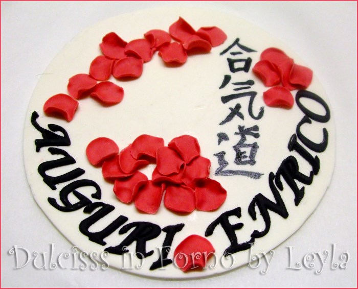 Aikido Cake, decorata in pasta di zucchero torta aikido kimono torta decorata in pasta di zucchero PDZ torta judo torta karate torta yoseikan budo arti marziali torte arti marziali cintura nera scritta in giapponese aikido in giapponese torta cinese torta decorata torte decorate soggetto 3D soggetto in kimono soggetto che fa kung fu in pasta di zucchero soggetto che fa aikido in pasta di zucchero uomo in 3D in pasta di zucchero arti marziali Dulcisss in forno by Leyla