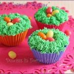 Cupcake di Pasqua con ovetti di zucchero nell'erba