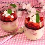 Panna cotta con le fragole in bicchiere o coppette