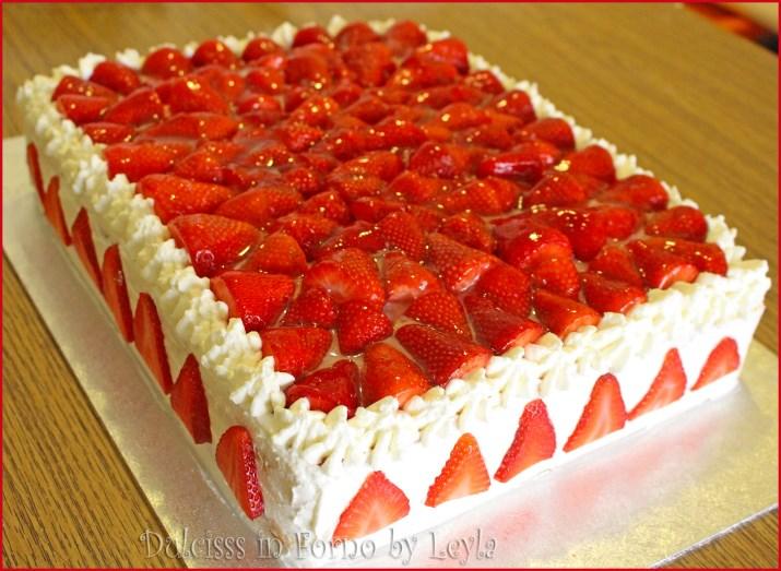 torta allo yogurt e fragole rettangolare