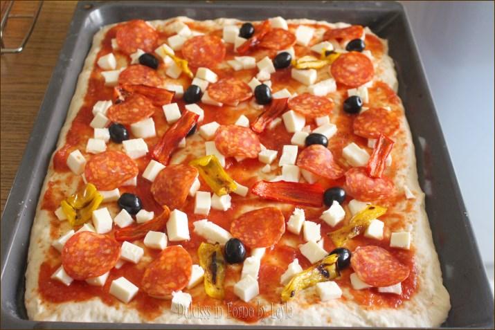 Pizza diavola o alla diavola con salame, peperoni e olive nere Dulcisss in forno by Leyla