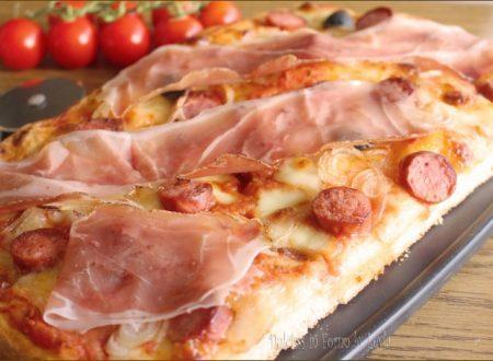 Pizza tirolese con speck, wurstel e cipolla