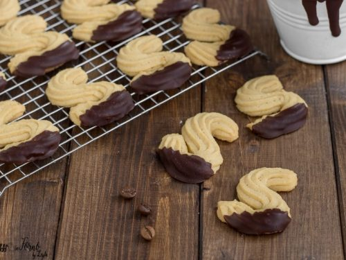 Biscotti al caffe di pasta frolla montata a forma di esse