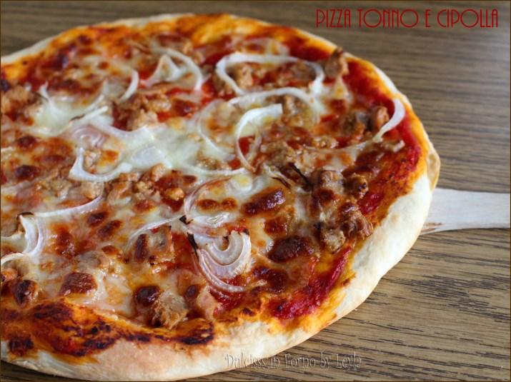 pizza tonno e cipolla pizza al tonno pizza con cipolla pizza alla cipolla pizza con capperi ricetta impasto per pizza veloce pizza farcita impasto per pizza semplice impasto per pizza facile ricetta semplice tonno cipolla capperi cipolla gialla ricetta facile ricetta economica ricetta pizza pizze farcite lievito di birra pizza golosa pizza Dulcisss in forno by Leyla