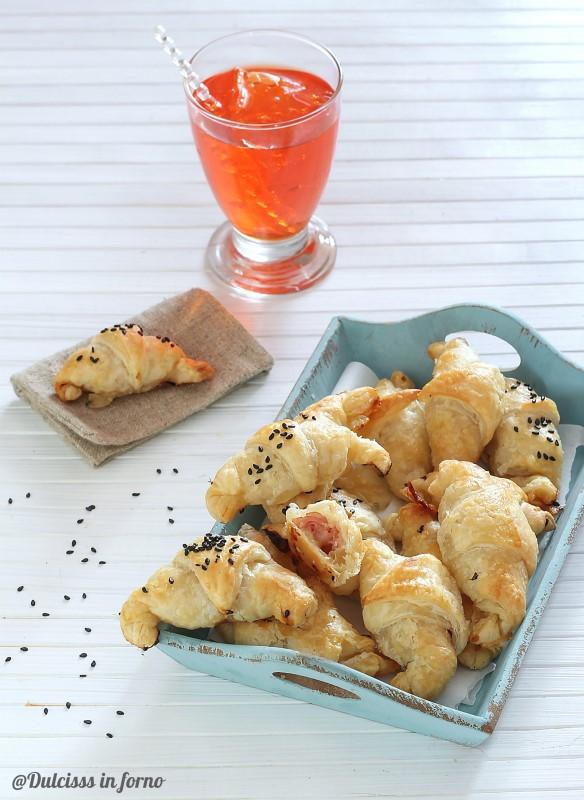 Cornetti di pasta sfoglia con prosciutto e formaggio