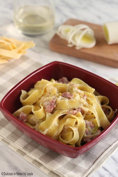 Tagliatelle con salsiccia e porri: primo piatto rustico Dulcisss in forno by Leyla