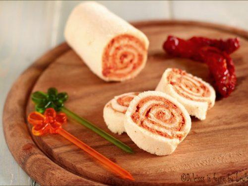 Rotolini con pomodori secchi e robiola con pane per tramezzini