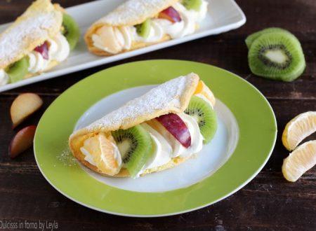 Omelette di pan di spagna alla panna e frutta