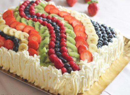 Torta di frutta rettangolare con decorazione ad onda