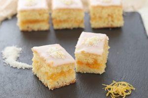 Tortine morbide al cocco e marmellata glassate