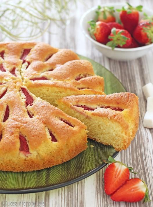 Torta al cocco e fragole morbida morbida Dulcisss in forno by Leyla