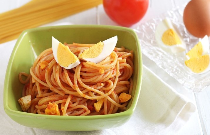 Ricetta pasta con uova sode e sugo al pomodoro