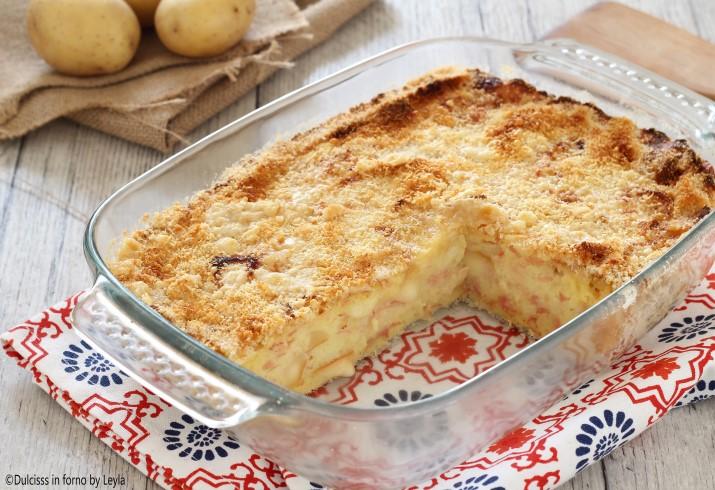 Torta di patate ricca con formaggi filanti e mortadella