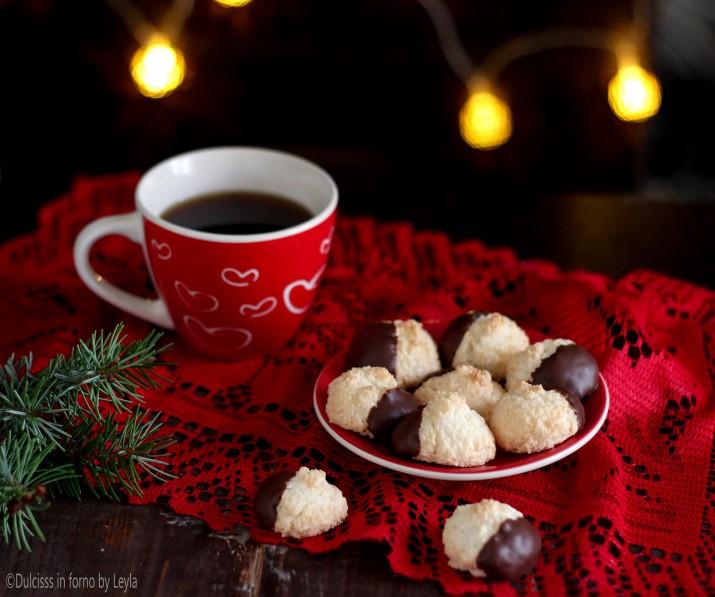 Biscotti al cocco e cioccolato, biscotti con cioccolato, biscotti senza farina, biscotti con soli albumi, cioccolato, cocco, farina di cocco, ricetta, ricetta facile, ricetta golosa, ricetta per la colazione, ricetta semplice, ricetta veloce, ricetta per la merenda, natale, biscotti natalizi, crema di nocciole, biscotti di natale, natale, ricetta con soli albumi