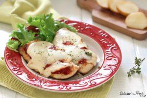 Scaloppine di petto di pollo con pomodoro e scamorza