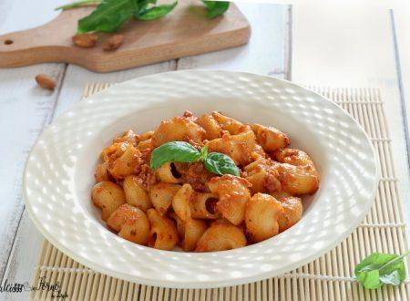 Pasta al pesto rosso con pomodori secchi e mandorle