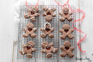 Biscotti al cacao natalizi con cuore di marmellata a forma di omini di Natale o Gingerbread ricetta Dulcisss in forno by Leyla Biscotti al cacao natalizi – Biscotti di natale al cacao – Biscotti di natale al cioccolato – Biscotti con cacao e marmellata – Finti Omini di pan di zenzero – Finti Gingerbread ricette di Natale Dolci di Natale – biscotti di Natale biscotti natalizi – biscotti facili di Natale biscotti di Natale da regalare