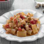 Pasta con orata e pomodorini: primi piatti con sugo di pesce