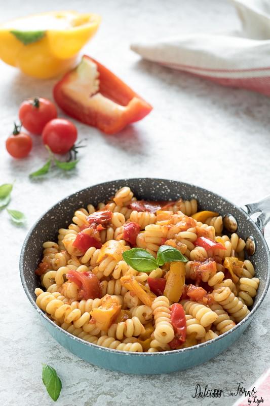Pasta con sugo ai peperoni rossi e gialli - Pasta peperonata ricetta Dulcisss in forno by Leyla