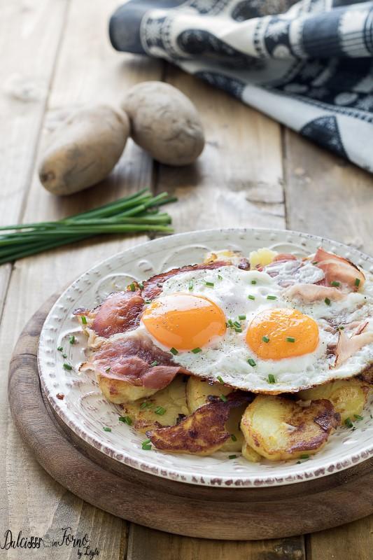 Uova speck e patate saltate o Spiegeleier, piatto tipico tirolese dell'Alto Adige ricetta Dulcisss in forno by Leyla
