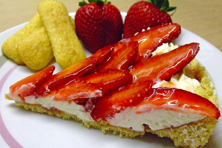 Torta con pavesini, mascarpone e fragole, dolce con pavesini goloso
