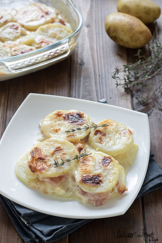 Parmigiana di patate al forno con besciamella, mozzarella e speck