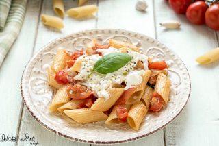 Pasta con stracciatella e pomodorini freschi, primo piatto veloce e delicato