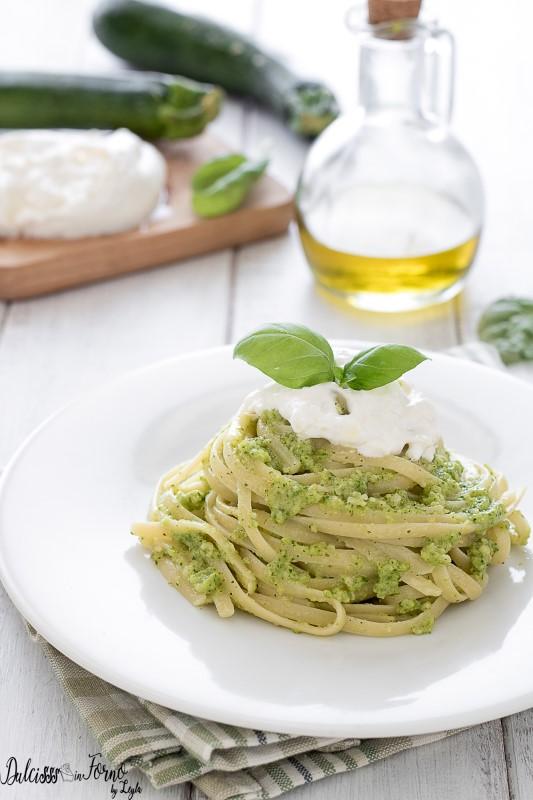 Pasta con pesto di zucchine - Linguine con zucchine e burrata - Pasta con zucchine e stracciatella