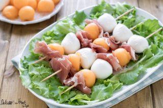 Spiedini di prosciutto e melone – Spiedini freddi estivi – Spiedini di mozzarella e prosciutto – Spiedini freddi per buffet, antipasto o aperitivo