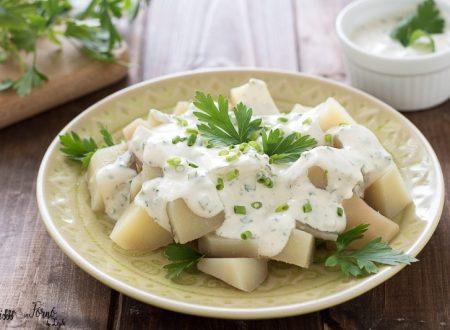 Insalata di patate con salsa allo yogurt ed erba cipollina