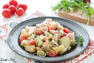 Insalata di patate con tonno, cipolla e pomodorini