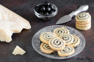 Biscottini salati al Grana e olive a spirale