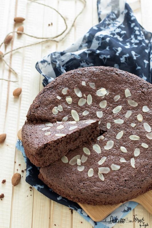 Torta al cioccolato fondente morbida e umida con mandorle