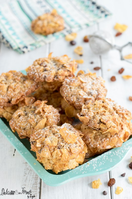 Biscotti con corn flakes e cioccolato con uvetta