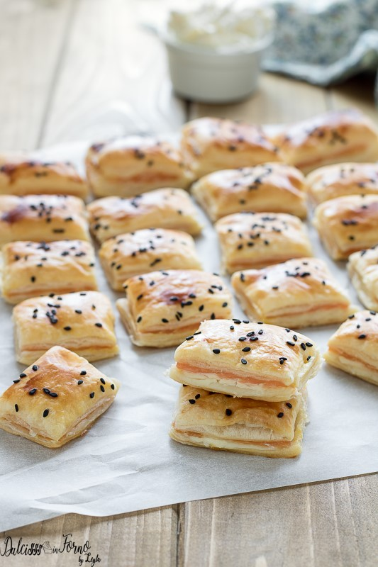 Salatini di pasta sfoglia con salmone - rustici al salmone per antipasti, stuzzichini, aperitivo