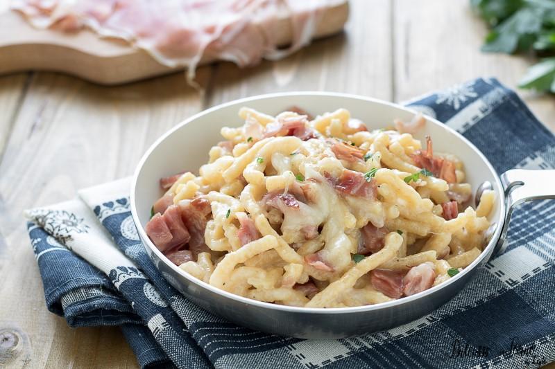 Passatelli asciutti, ricetta con speck e fonduta di formaggio taleggio