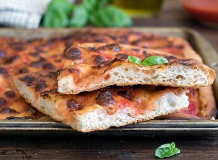 Pizza in teglia, ricetta semplicissima per una pizza soffice