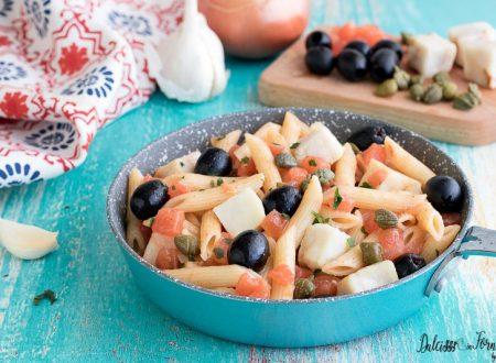 Pasta con merluzzo al pomodoro, capperi e olive