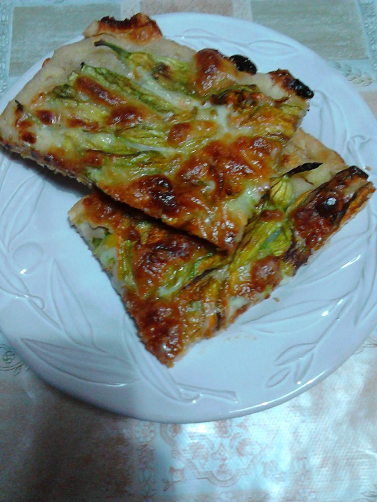 Pizza con fiori di zucca ripieni