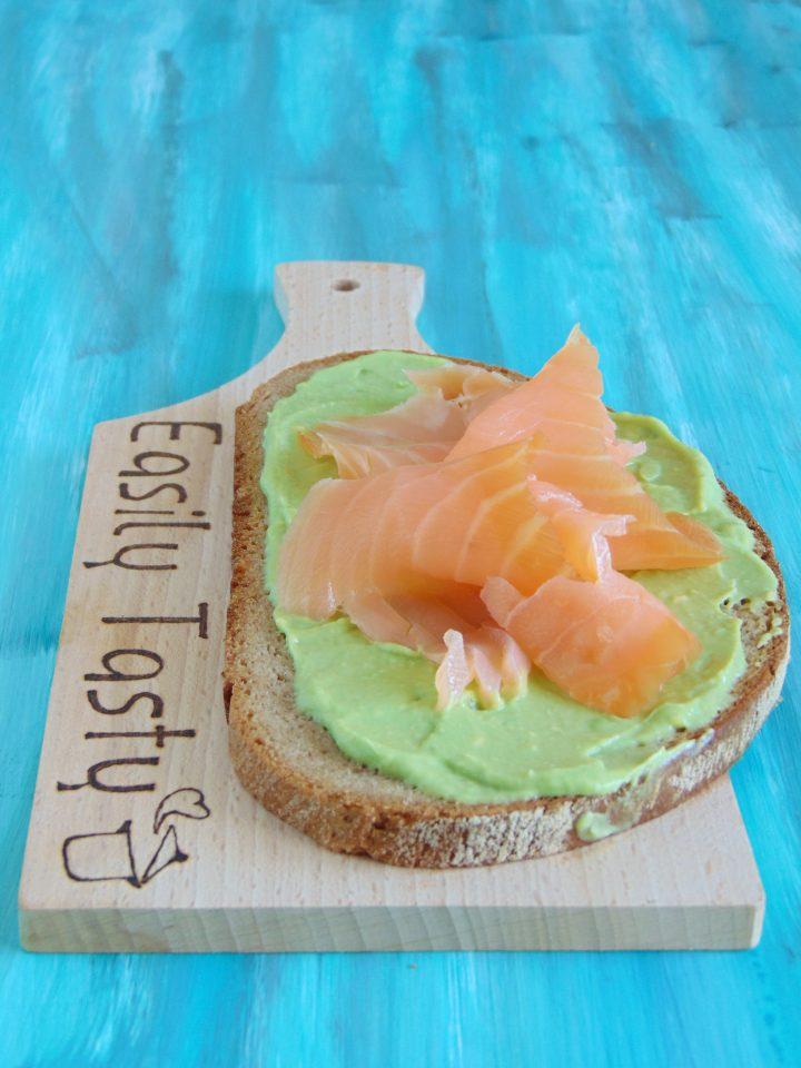avocado toast con salmone affumicato
