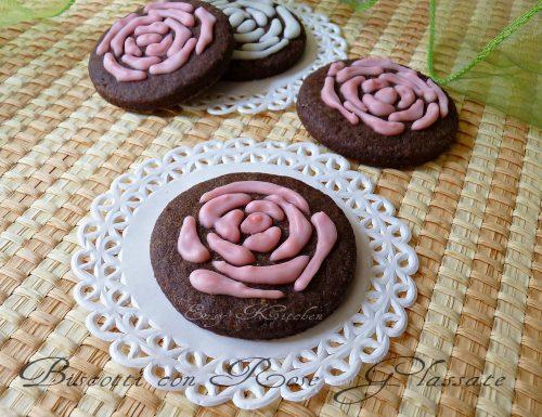 Biscotti con rose glassate ricetta romantica