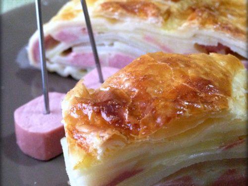 Piatto rustico con patate, wurstel e mozzarella